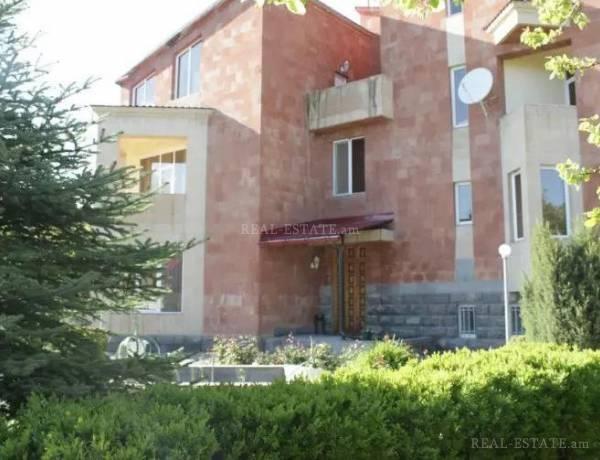 arandznatun-vardzakalutyun-Yerevan-Erebuni